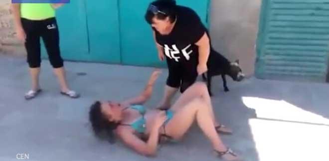 女子暴打疑似情妇的女子