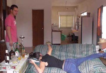 紧身牛仔裤醉酒女孩躺在床上