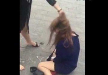 恶妇街头暴打年轻女子,逼其下跪不许起身