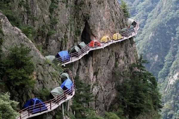 最惊险的露营,千米悬崖扎帐篷宿营一整晚