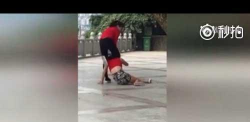 两女街头打架,路人围观无人援手