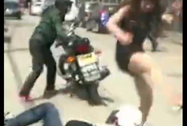 两摩托车男摸美女屁股,遭美女掀翻狂揍