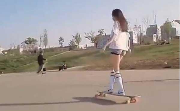 短裤白衬衣的美女玩滑板,网友:美哭了