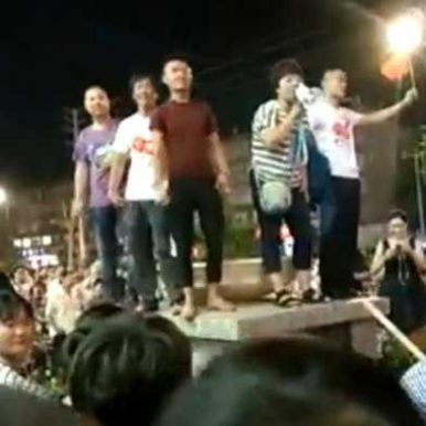 江苏睢宁千人围堵苹果专卖店,网友:汉奸多了...