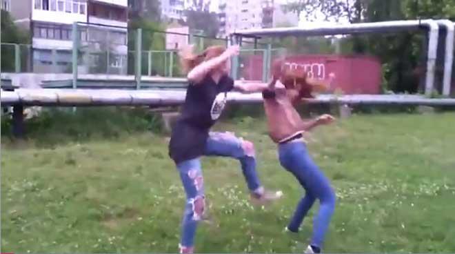 紧身牛仔裤女生斗殴