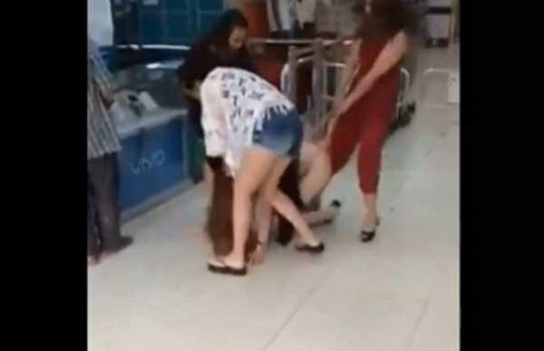众妇人商场扒人衣,被害女子挣扎无果内裤直接扯破