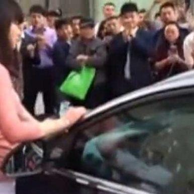 女子为逼男子献身,手撕车玻璃膜狂砸车窗