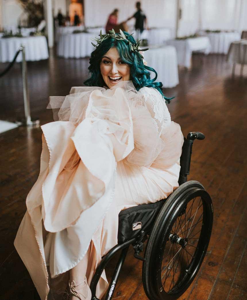 美国新娘瘫痪了八年在结婚时站立起来