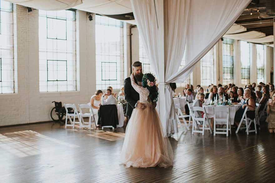 新郎与新娘在婚礼上跳舞