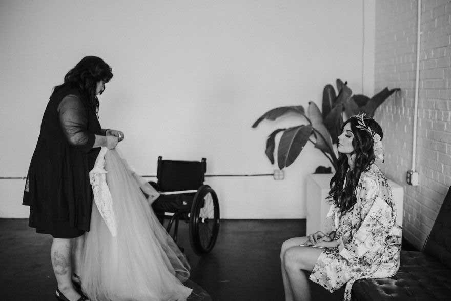 少女时的意外让新娘不能站立
