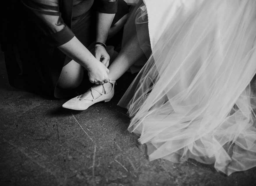 瘫痪新娘穿上婚鞋