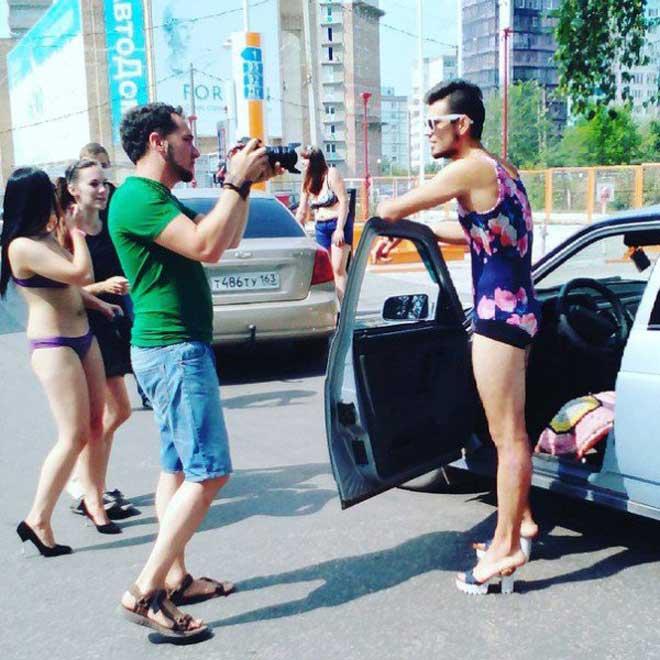 加油站的促销创意:穿女性泳衣和高跟鞋加油免费2
