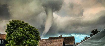 席卷而来的龙卷风图片1