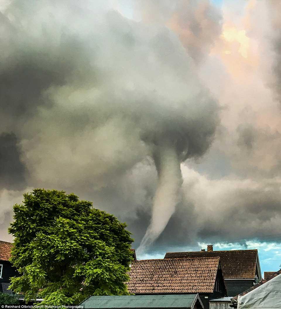 席卷而来的龙卷风图片4