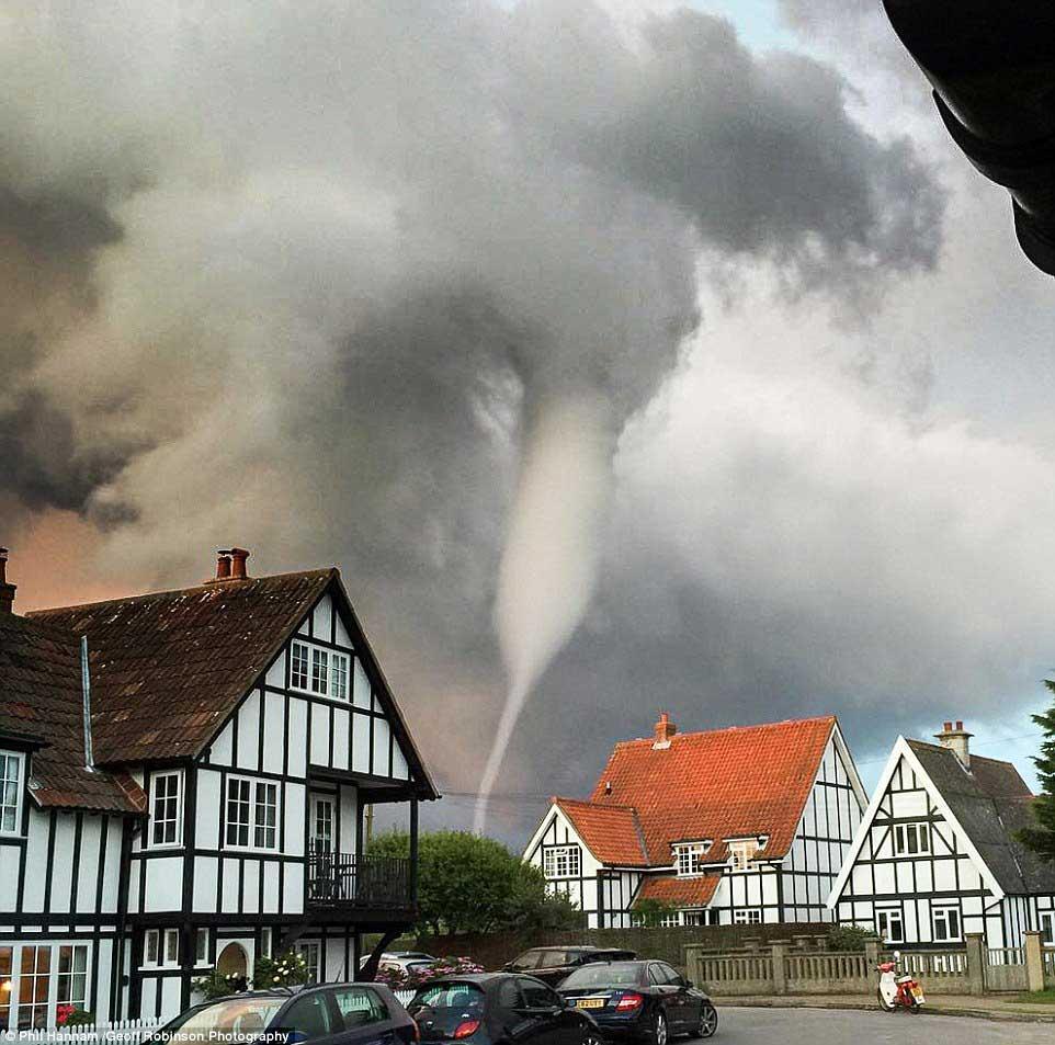 席卷而来的龙卷风图片3