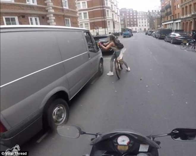 女子遭遇货车司机性骚扰,霸气手撕后视镜回击2
