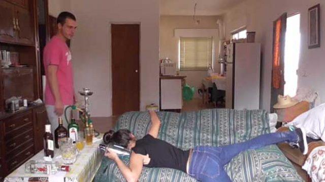 男人的风度:该如何脱掉醉酒女孩的牛仔裤