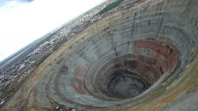 世界上最大的钻石矿坑:东西伯利亚钻石城