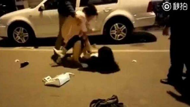 原配一个人在街头扒下了小三裤子