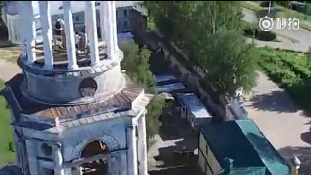 无人机拍摄美丽风景,竟然拍到有人在建筑物顶上啪啪啪?