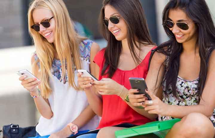 使用手机的女孩们