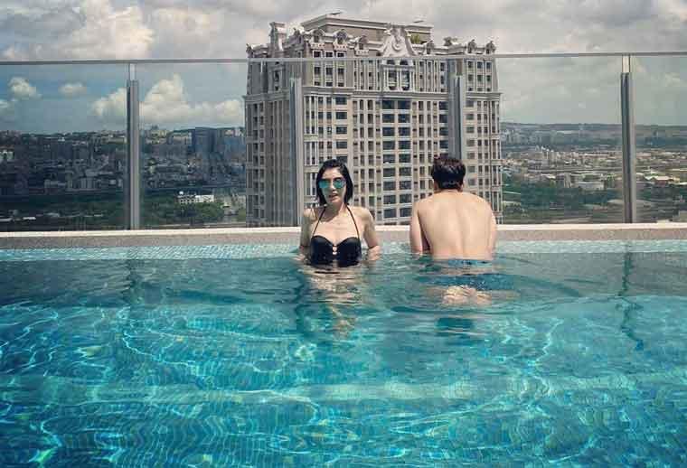 女星贾静雯晒黑色比基尼泳池照,网友赞女神