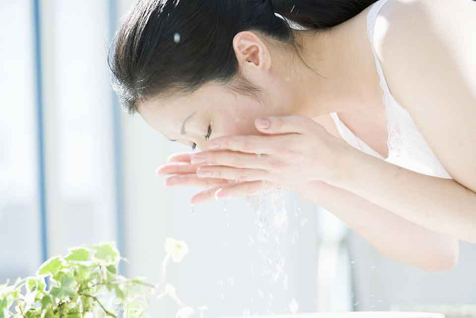 使用洗面奶洗完脸后有紧绷感代表清洁彻底吗?