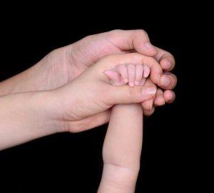 """夫妻人工受孕,医生使用自己的精子""""帮助""""生下女儿"""